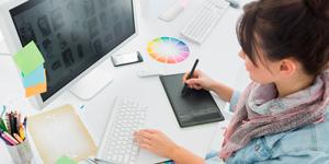 веб дизайнер создает дизайн
